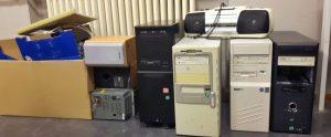 Festplatten, ehemalige Vintage-Rechner, tolle Kabel, Router, Switches, Festplatten und das Beste: Einen echten Kasi!